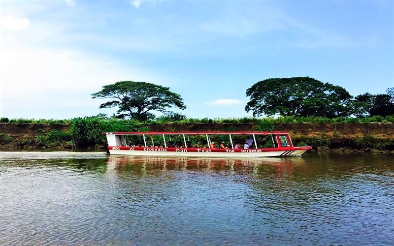 Crocodile tour at Tarcoles River